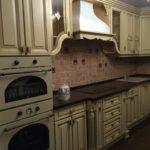 Бежевая кухня с золотой патиной из массива.