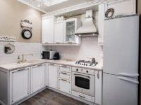 Белый гарнитур для маленькой кухни из массива березы
