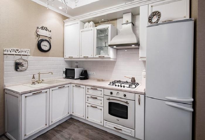 Маленькая белая классическая кухня с золотой патиной.