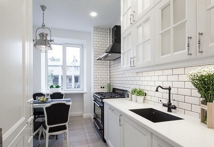 Белая кухня из массива березы с белой столешницей.