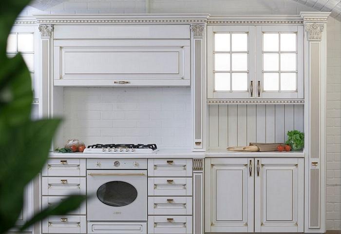 Классическая белая кухня из массива.