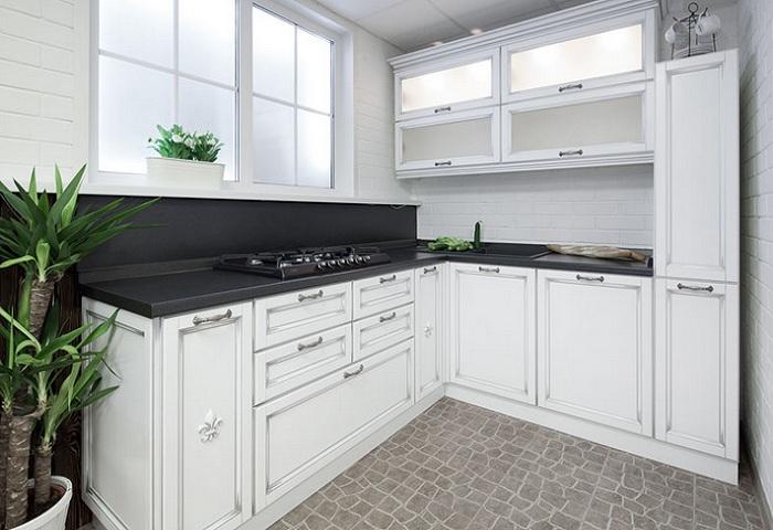 Белая кухня из массива березы с серебряной патиной.