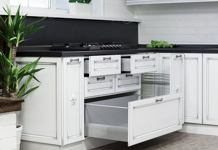 Белая кухня из массива березы с серебряной патиной. Выдвижные ящики.