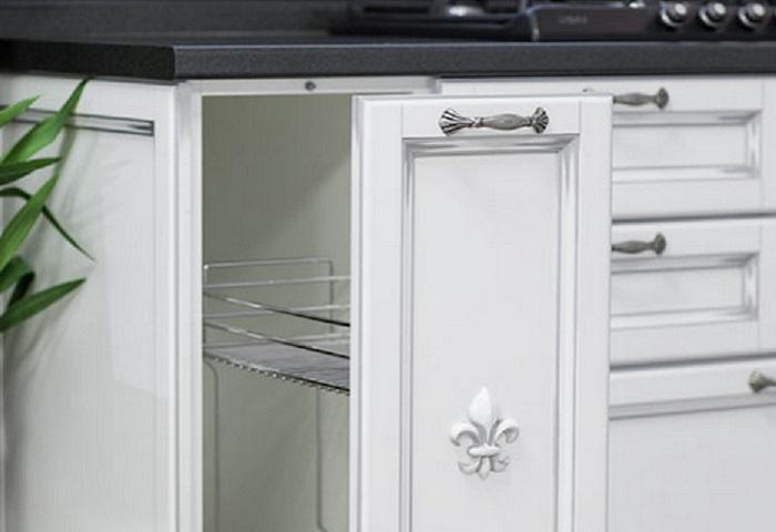 Белая кухня из массива березы с серебряной патиной. Выдвижная корзина.