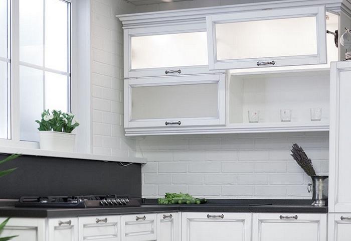 Белая кухня из массива березы с серебряной патиной. Подъемник AVENTOS HF.