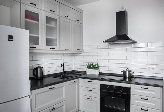 Серая кухня  прованс из массива березы с черной столешницей.