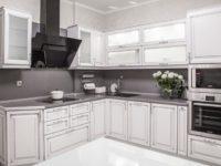 Белая кухня с серебряной патиной из массива березы