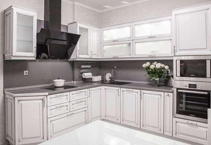 Белая кухня из массива березы с серебряной патиной