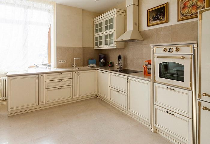 Светлая кухня в классическом стиле.