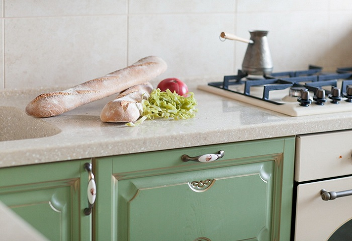Фисташковая  кухня из массива березы с золотой патиной.