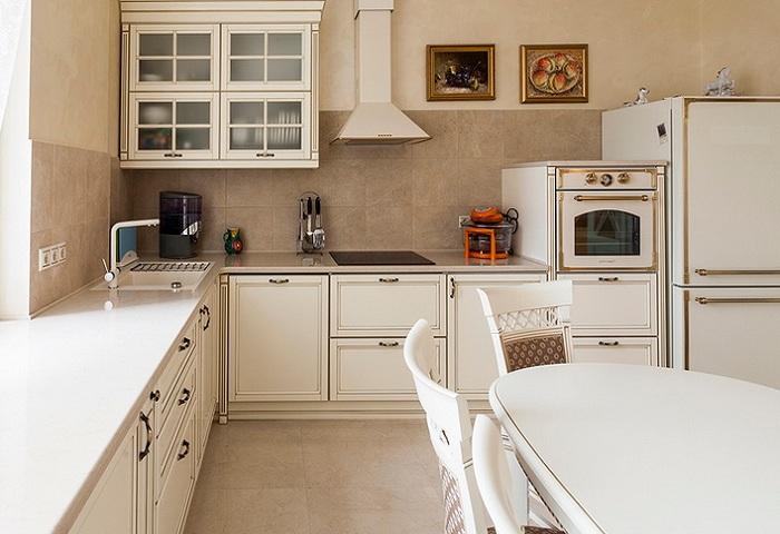 светлая кухня в классическом стиле из массива березы