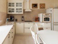 """Светлая кухня в классическом стиле цвета """"Топленое молоко"""""""
