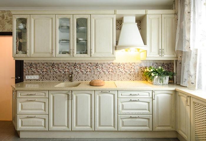 Кухня из массива ясеня. Цвет слоновая кость с патиной.