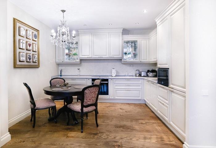 Белая кухня из массива березы.