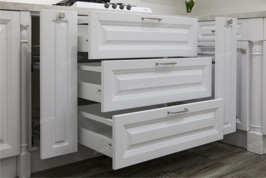 кухня в стиле прованс белого цвета