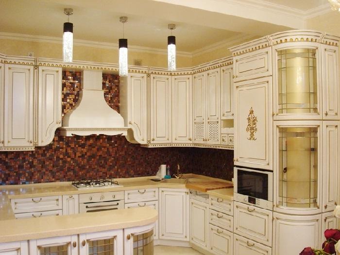 Классическая белая кухня с патиной на заказ в