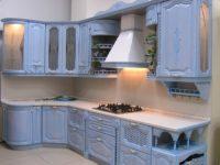 Голубая кухня из дерева