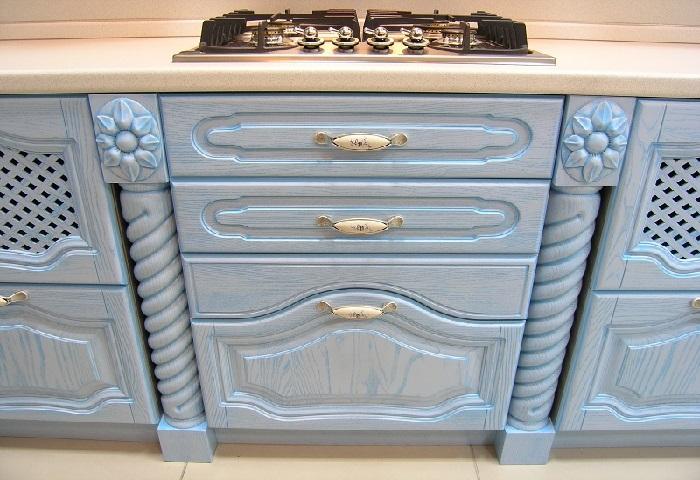 Кухня из массива голубого цвета