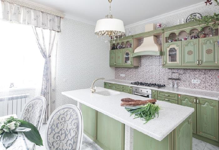 Зеленая кухня классика из массива на заказ в