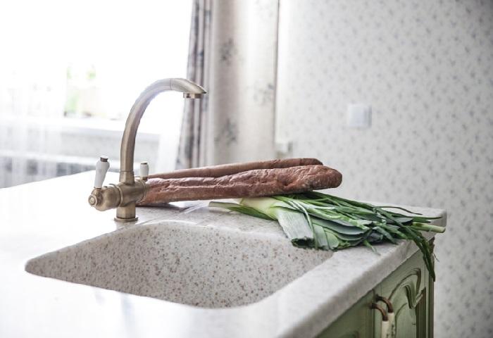 Кухня в зеленом цвете с островом