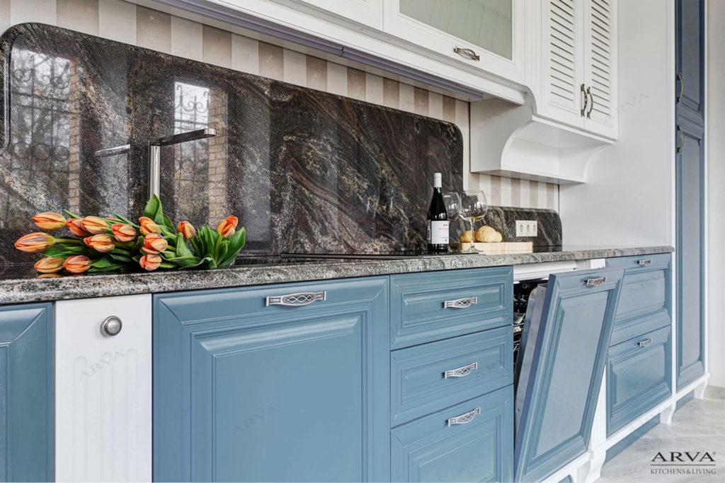 Бело-синяя кухня