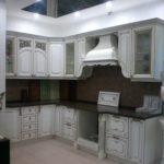 Кухня из массива бука, с патиной. Классический стиль. Столешница искусственный камень.